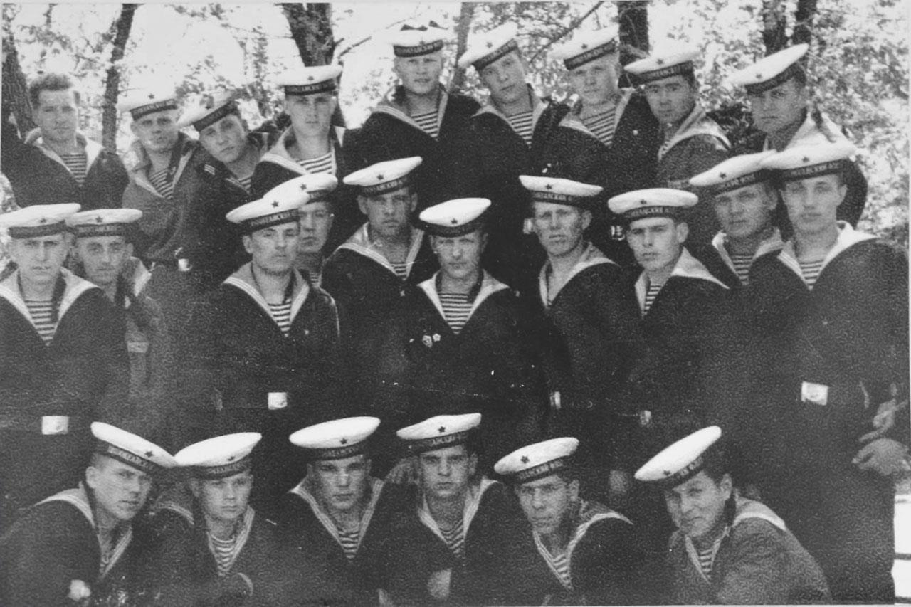 Это учебный отряд 2515. В центре, значки на груди - командир отделения. Валерий Кельп в верхнем ряду первый с права.