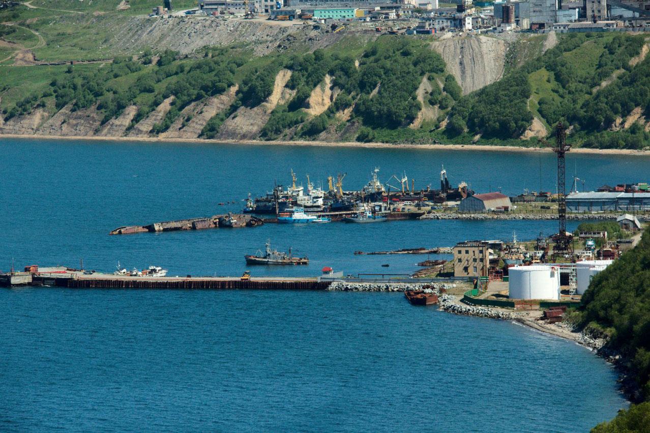 Нефтепирс. В этом месте в свое время швартовались ПЛ , ПБ и другие корабли 171 ОБрПЛ, правда пирс был совсем другой.