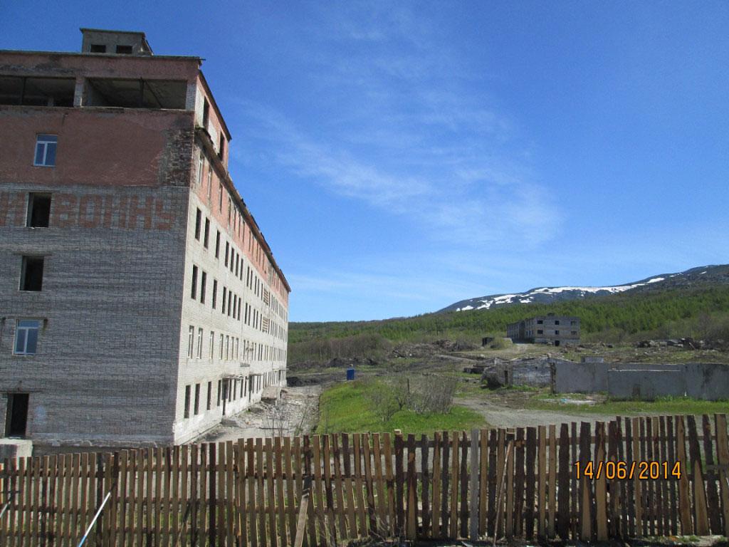 Здания 171 бригады «Пентагона» и морского госпиталя (вернее,что от них осталось). Справа остатки теплицы.