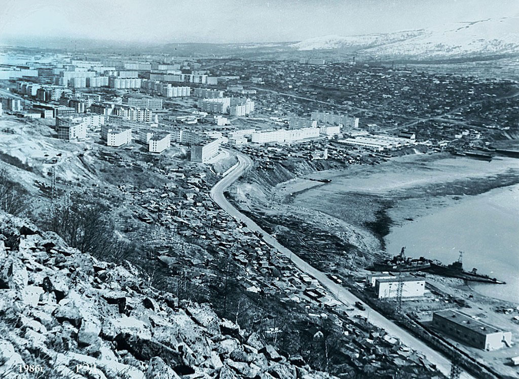 Военные суда, предположительно 171 ОбрПЛ, осушенные для разделки в районе Каменного карьера. 1986 год. Фото Роланда Дубровского.