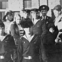 Экипаж С-365 в подшефной школе в Магадане. Верхний ряд - Кельп В. в бескозырке, две пионервожатые, Мясин Юра, офицер лейтенант Лупша, рядом преподаватель.