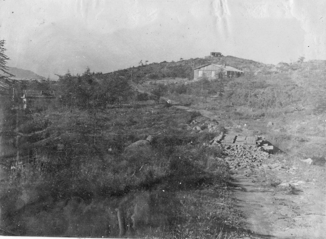 Вид с въезда в часть - видны баня,казарма, радиорубка