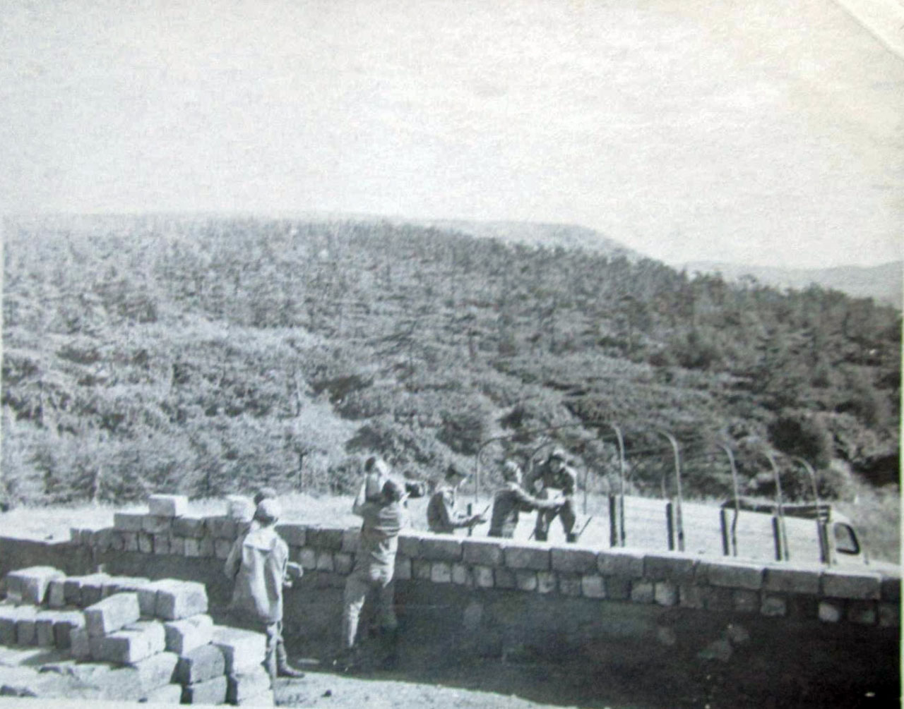 Разгрузка шлакоблоков на месте строительства новой казамы (команды). Август 1975 года.