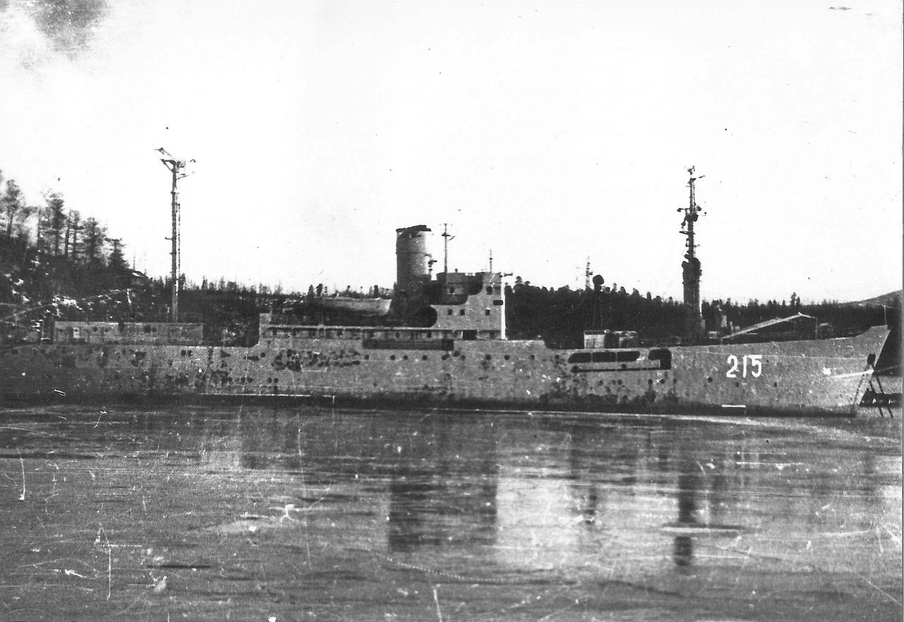Бухта Постовая, весна 1981 года. Плавбаза «Бахмут» после возвращения из Ракушки.