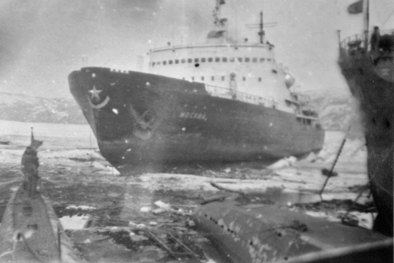 В мае 1968 года ледокол «Москва» обкалывает лодки от льда.