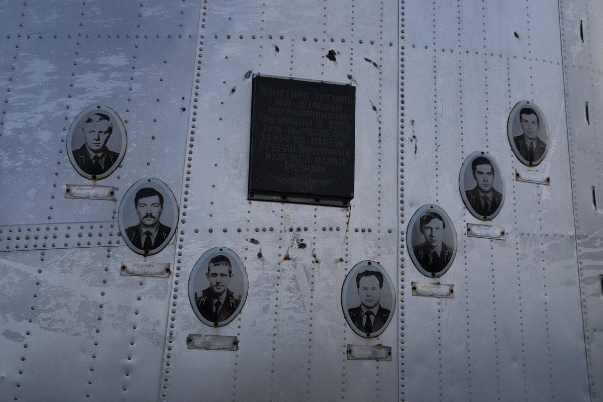 Фотографии погибшего экипажа «Ил-14» на памятнике на горе Комендант. Фото В. Похилюка.