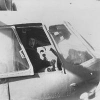 Пилот в кабине Ми-8
