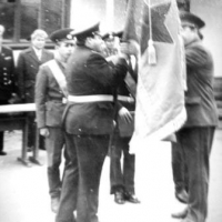Знамя вручает начальник Войск Краснознаменного Тихоокеанского пограничного округа генерал-лейтенант Константинов