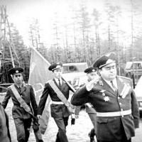Командир Магаданской 21 ОАЭ подполковник В.М. Пономарев принимает боевое знамя части