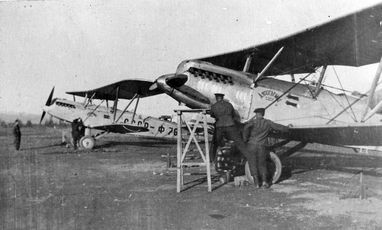 Самолеты П-5 Магаданского авиаотряда, предназначенные для аэрофотосъемки, на аэродроме «13-й км». 40-е годы ХХ века.