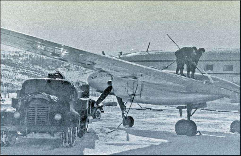 Обработка антиобледенительной жидкостью самолета Ил-14 перед вылетом в аэропорту «Магадан - 47».
