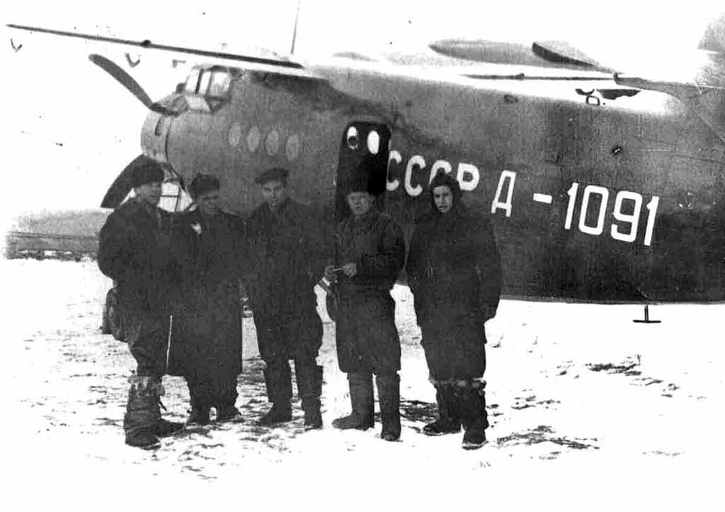 У самолета Ан-2 в Сеймчане. 1953 год