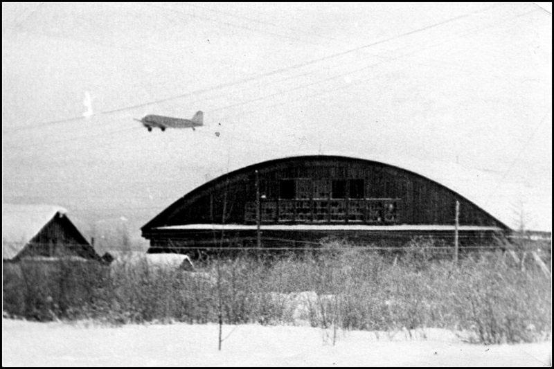 Аэропорт Сеймчан. Ли-2 уходит в рейс. На переднем плане ангар, построенный во время реконструкции аэродрома во время подготовки Алсиба.