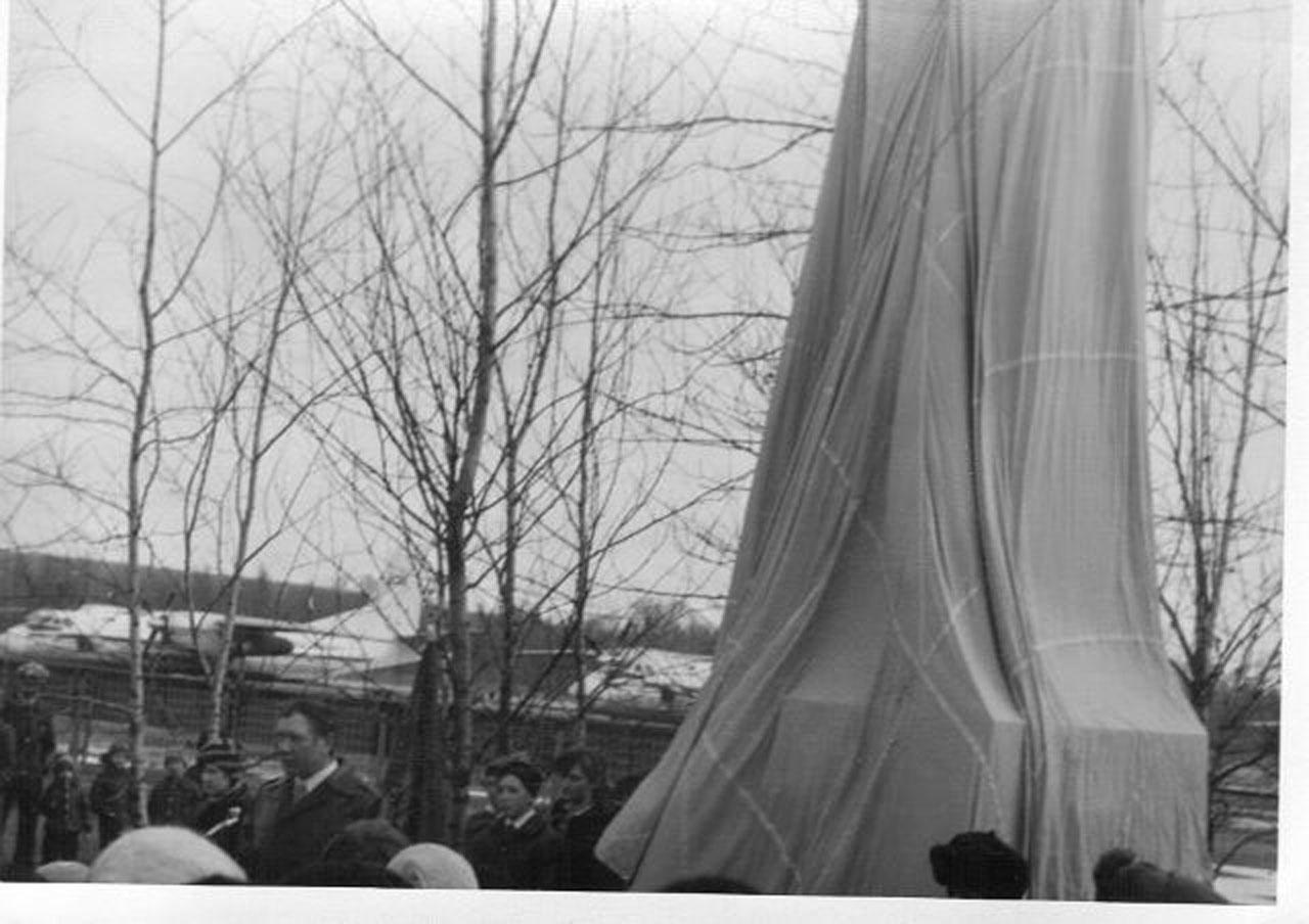 Открытие обелиска в память о военных лётчиках в сквере аэропорта Сеймчана. 1983 год.