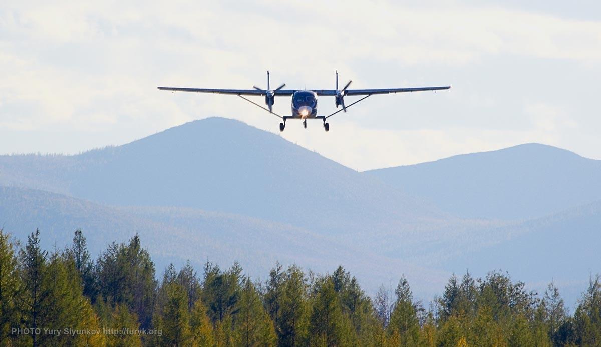 Ан-28 заходит на посадку в аэропорту Сусуман. Фото Юрия Слюнькова.