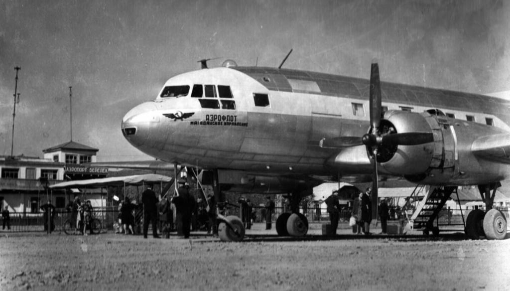 Пассажирский Ил-14 в аэропорту Сусуман (Берелёх). На заднем фоне видна вывеска с названием аэропорта - Берелёх.