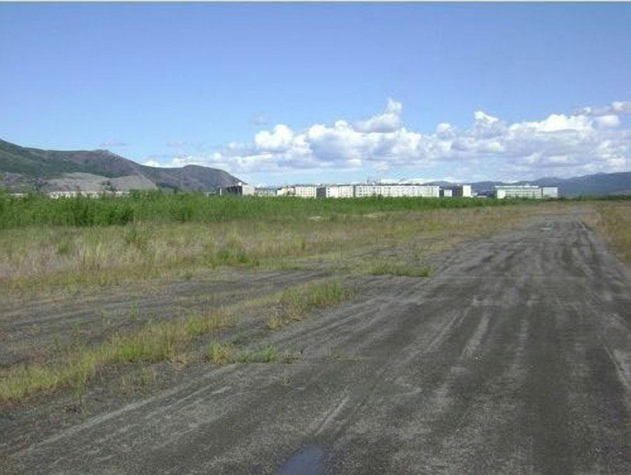 Аэропорт Сусумана в период бездействия с 1998-2012 годы. Грунтовая ВПП аэропорта в запустении.