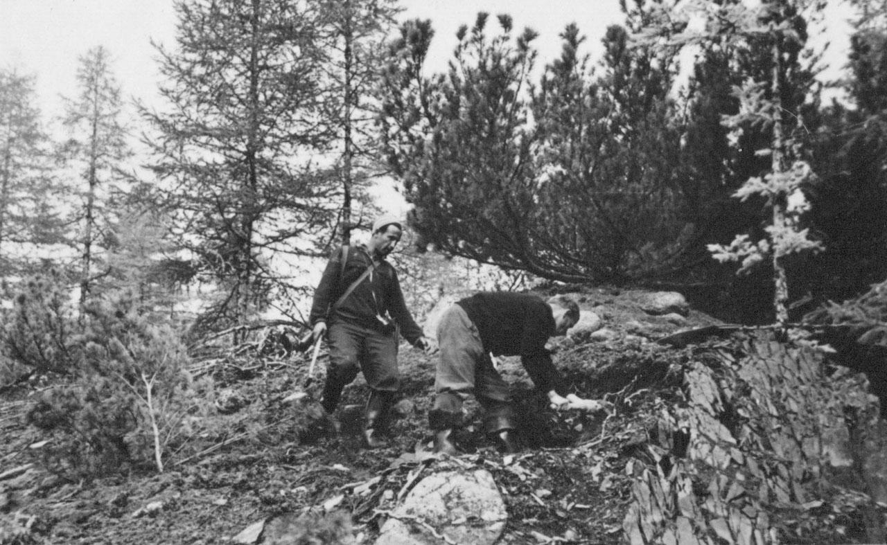 Геологи в маршруте, слева Виктор Веснин. Фото из архива Елены Афанасьевой-Демчук.