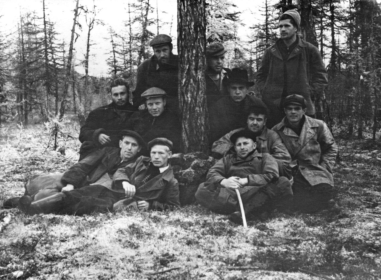 Геологи и рабочие. 1958 год. Фото из архива Елены Афанасьевой-Демчук.