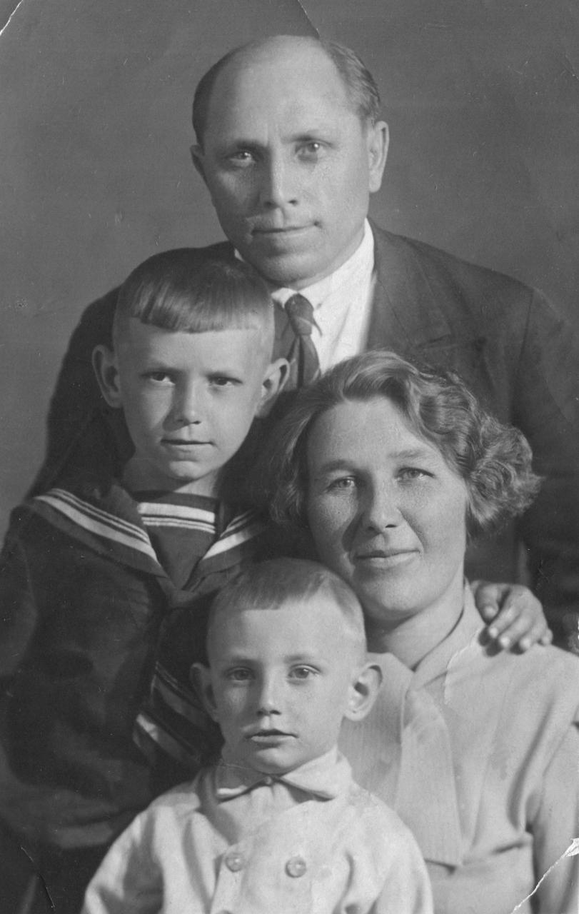 Семья Афанасьевых. Виталий с братом Анатолием и родителями. 1938 год.