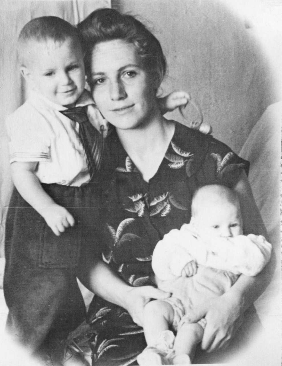 1958, Сергей, мама и я. Жена Афанасьева В.И. с детьми - Еленой и Сергеем. 1958 год.