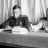 Слева механик Лиходькин Владимир Андреевич (фото опознано его дочерью Ольгой Василенко.)