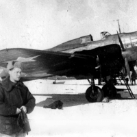 Советский дальний бомбардировщик Ил-4 – очевидно, на промежуточной посадке при перегонке с завода на Дальний Восток.
