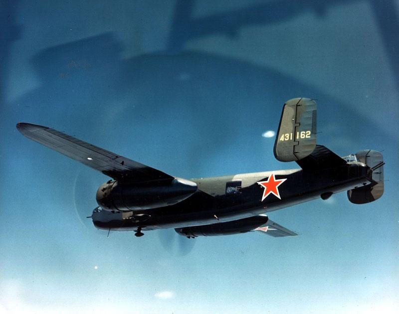 Американский бомбардировщик B-25J-30 с советскими опознавательными знаками в полете над Аляской.