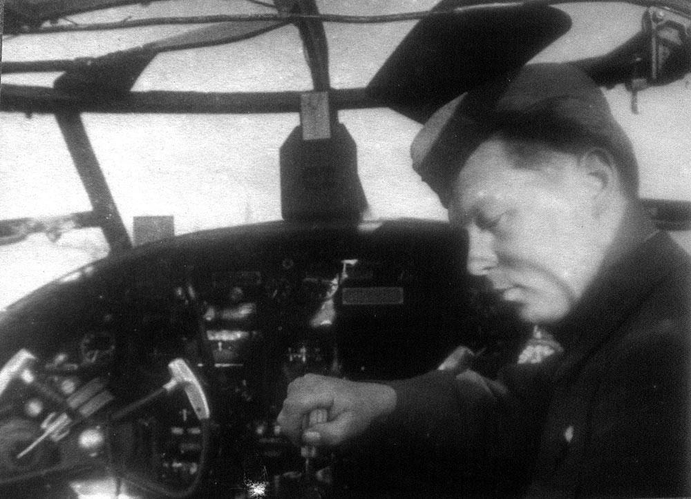 В пилотской кабине бомбардировщика В-25. проверка оборудования перед отправкой на фронт.