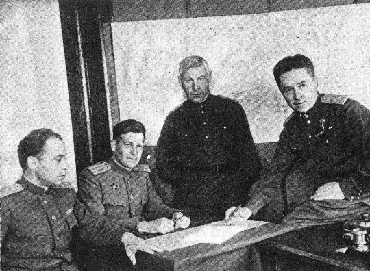 Полковник И. Прянишников, подполковник А. Пушкарский, подполковник А. Мельников, полковник И. Мазурук в штабе дивизии
