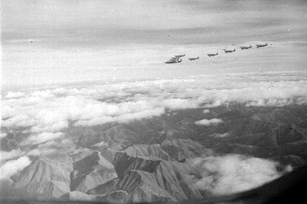 На трассе Алсиба. Лидер-бомбардировщик В-25 с группой истребителей над Верхоянским хребтом.