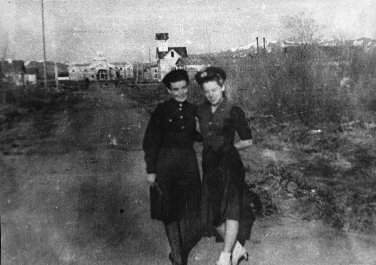 Слева направо: О. Вышинская-Захаренко, Р. Шинкарева-Славина. пос. Сеймчан. 1944 год. Дорога к коттеджу