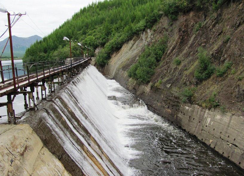 Бетонная плотина водохранилища.