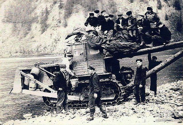 Приблизительно 1956 год. Строители ЛЭП, жители Мяунджи готовятся к форсированию реки.