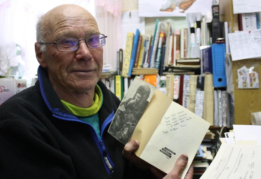 Геофизик Борис Седов с подаренной ему Куваевым книгой.