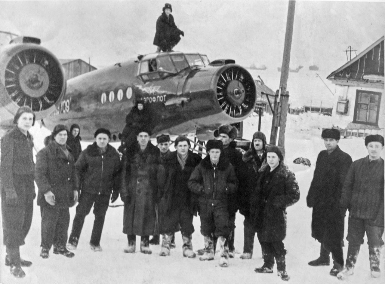 Работники АРМ авиаотряда у отремонтированных АН-2 в бухте Нагаева.