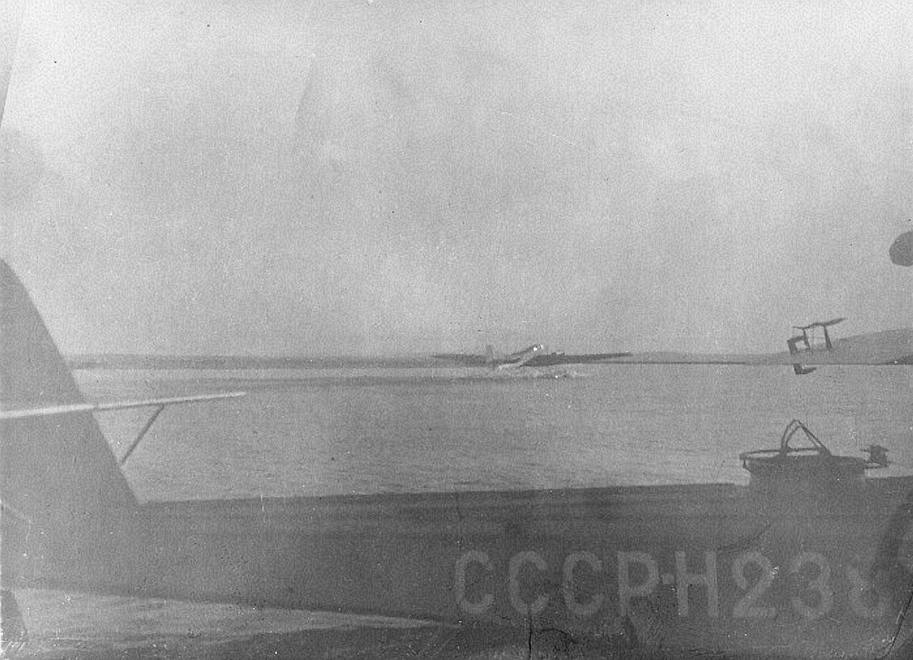 На заднем плане взлетает АНТ-4 (ТБ-1П), на переднем плане летающая лодка Дорнье Валь (Dornier Do.J Wal). Аэродром Амбарчик