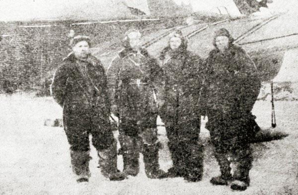 Экипаж перед вылетом из аэродрома Нагаево к геологам.