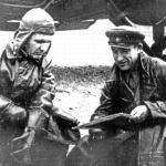 Летчик В.Н. Бордовский и командир авиаотряда Дальстроя Ш.И. Шимич во время уточнения полетного задания у ПС-40. 1940 год.