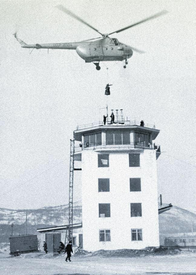 Монтаж антенны радиолокатора на навигационной вышке аэропорта «Магадан-56 км» вертолетом Ми-4