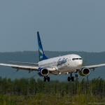 Боинг авиакомпании Якутия совершает посадку в аэропорту Сокол