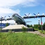 Памятник у аэропорта «Магадан-56» Ан-12