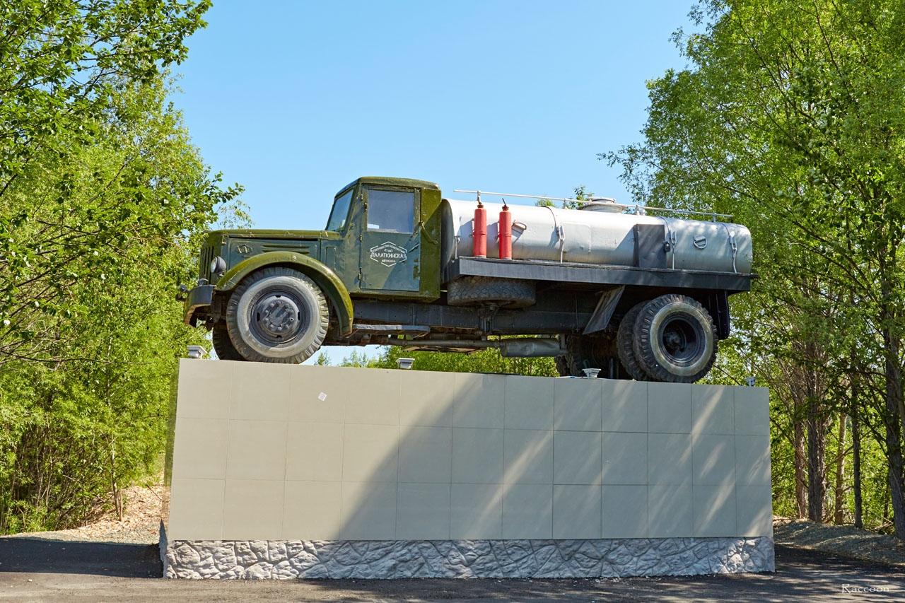 МАЗ-200 установленный на постаменте на Колымской трассе у поселка Палатка.