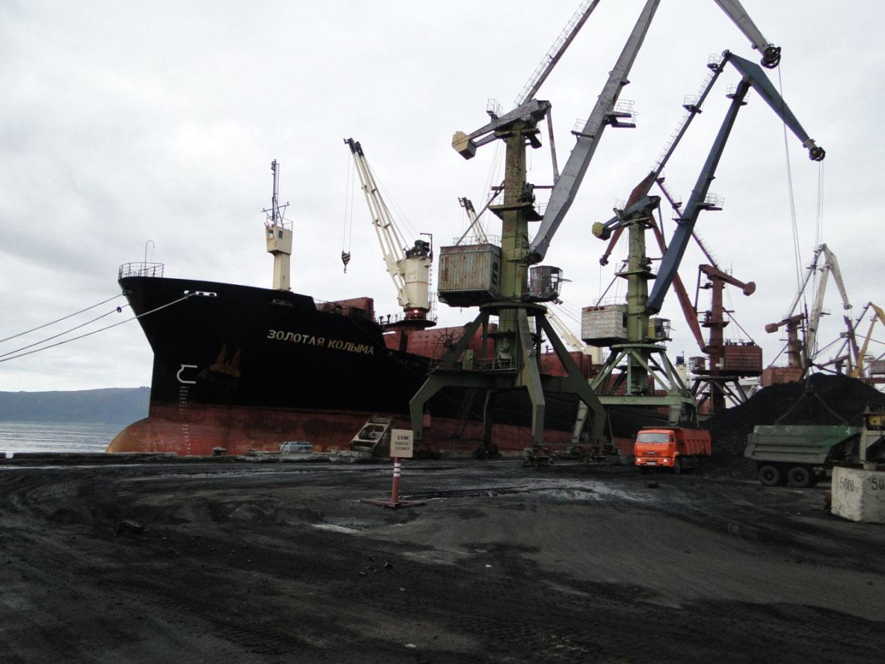 Разгрузка угля с  «Золотой Колымы» в порту Магадана