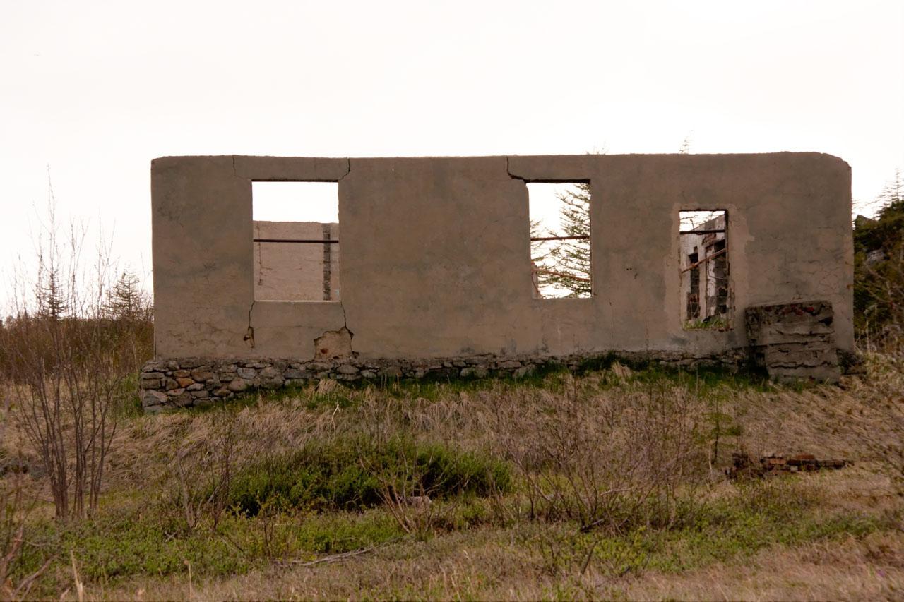 Поселок на мысе Островной. Полуразрушенное здание казармы, построенное во время базирования здесь поста 171 бригады.