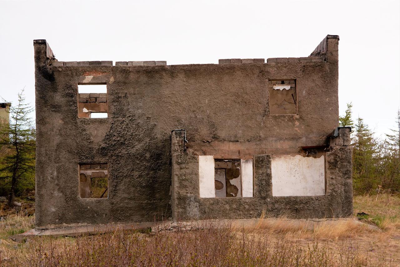 Поселок на мысе Островной. Двухэтажное здание, построенное после 1980 года, во время базирования, предположительно, пограничников). Назначение неизвестно.
