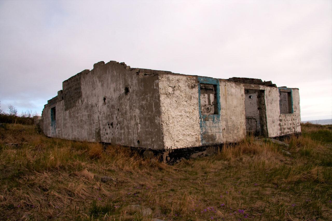 Поселок на мысе Островной. Здание, построенное после 1980 года, во время базирования, предположительно, пограничников). Предположительно - гараж.