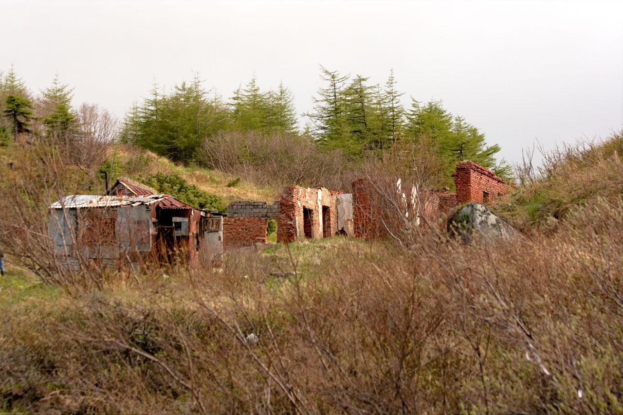 Поселок на мысе Островной. Развалины бывшей дизельной. Здание было построено во время жизни батареи и снабжало электричеством батарею, позже пост 171 бригады.