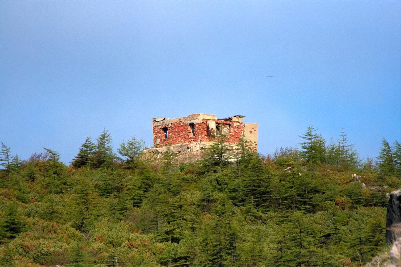 Поселок на мысе Островной. Развалины здания бывшей радиорубки (во время базирования здесь поста 171 бригады).