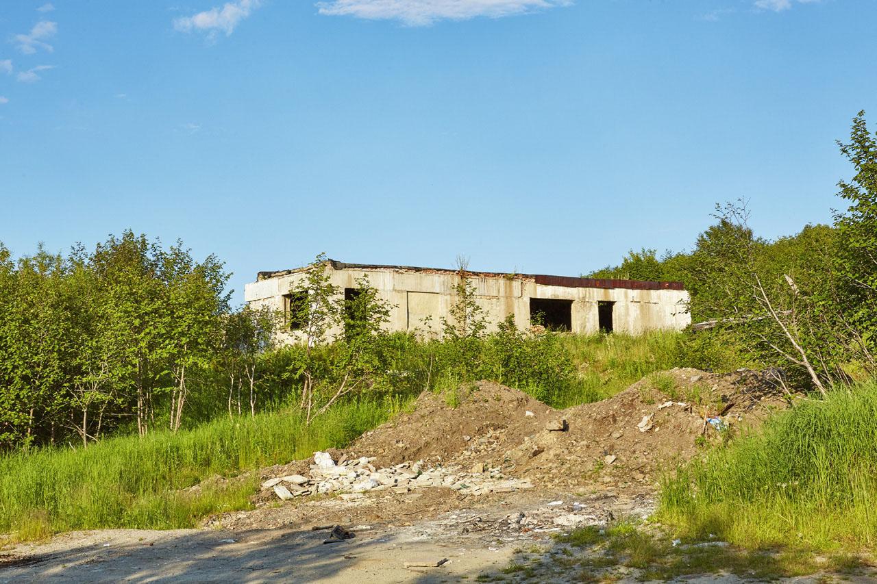Остатки здания. Возможно это были склады.